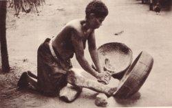 femme préparant farine de maîs/photo A. Landeghem