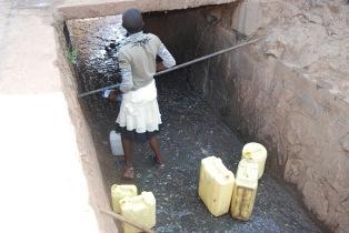 Muhima : faute d'accès à l'eau potable, recueil des eaux usées des canalisations urbaines/photo igihe.com, 29-01-2012