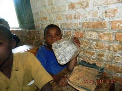 Alors que l'on parle de l'introduction des  ordinateurs dans l'enseignement, dans certaines écoles primaires, les élèves n'ont même pas des ardoises. Leurs parents taillent des morceaux bois sur lesquels les enfants écrivent avec du kaolin.