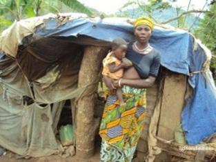 Après la destruction de sa maison, elle s'est construite une maison de fortune dans des sheetings