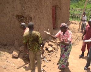 Une femme suppliant les démolisseurs d'épargner sa maison