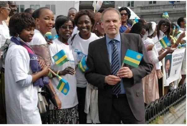 Alain Destexhe avec un drapeau rwandais, en stand by pour accueillir Paul Kagame