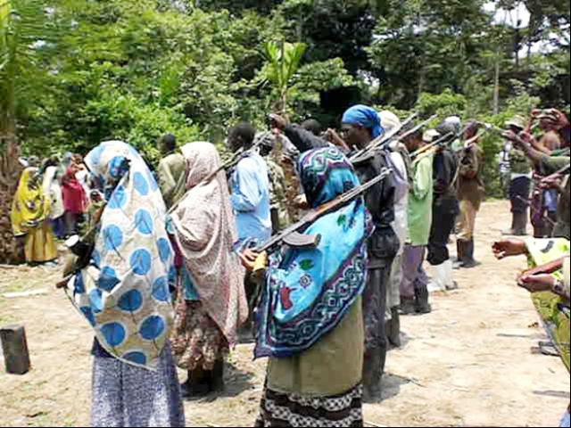 Entrainement des Femmes ADF/MDI au maniement des armes à Medina/Ruwenzori/photo Les Coulisses