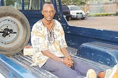 Déo Mushayidi dans une camionnette de la police rwandaise, menotté