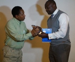 Sylvestre Bwira, recevant son prix des mains de Joseph Matata du CLIIR