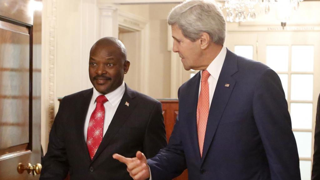 John Kerry, secrétaire d'Etat américain, avec Pierre Nkurunziza, président du Burundi, le 4 août 2014 à Washington/rfi.com.