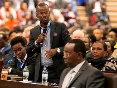 Evode Uwizeyimana prenant la parole lors des assises du dialogue national à Kigali le 16-12-2016