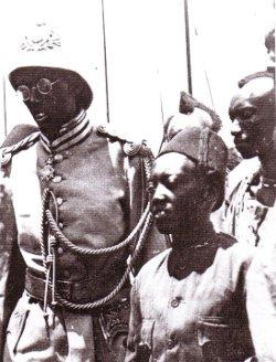 Le roi Musinga en tenue militaire allemande
