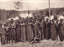 Guerriers de la tribu Kole à Mandombe en Equateur/Cliché Musée Congo belge 1958