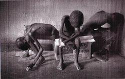 Des enfants affamés dans un camp de réfgiés hutu au sud de Kisangani (RDC) en avril 1997 / photo K. Miller/Gazetta