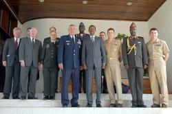 Paul Kagame et le général américain Wald, commandant adjoint de l'Etat-major du commandement américain en Europe et son équipe à Kigali en juillet 2004