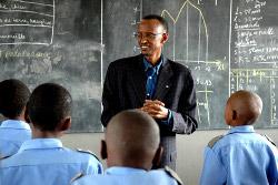 Kagame avec des élèves